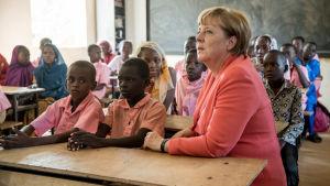 Tysklands förbundskansler Angela Merkel besökte en skola i Nigers huvudstad Niamey den 10 oktober 2016.