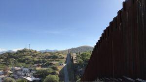 Ett staket löper på gränsen mellan Mexiko och USA i Nogales i Arizona.