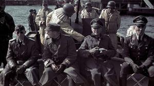 Lahdenpohjassa pidetyssä saksalaisen laivasto-osaston  tarkastuksessa kutsuvieraat asettuivat jalkaväkiveneeseen.