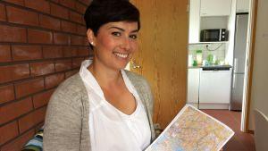 Kvinna med karta i handen.