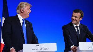 Donald Trump och Emmanuel Macron vid en presskonferens i Paris