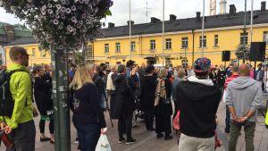 Människor på minnesstunden på Narinken. Minnesstunden ordnades för att hedra minnet av offren i knivattacken i Åbo.