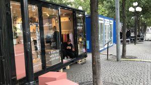 Små paviljonger för designaffärer i Kungsträdgården.