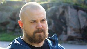 Supporterpolisen Ben Sjöroos tittar snett.