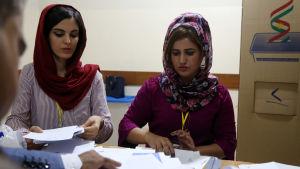 Två kvinnor räknar röster efter Irakiska Kurdistans folkomröstning om självständighet