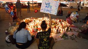 Ljus tända till minnet av offren för massakern i Las Vegas.