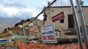 Stängsel utanför jordbävningsdrabbade Castelluccio, Italien