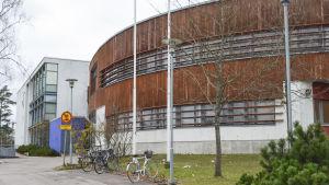 Finno skola i Esbo, skolan har en rund träfasad.