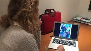 Teufika Becirovic har bilder på sin far på datorn.
