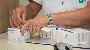 Apteekkari käsittelee lääkkeitä apteekissa