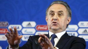 Vitaly Mutko viftar med händerna under en presskonferens.