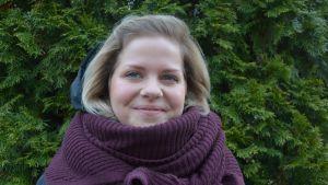 Sandra Högström från föreningen USM (Understödsföreningen för svenskspråkig missbrukarvård) besöker fångar i Finland och hjälper dem bli av med sitt missbruk.