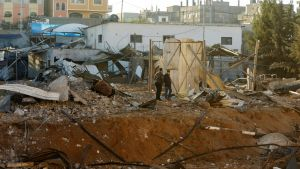Palestinska män inspekterar skadorna efter en av de israeliska flygattackerna på lördagen i Beit Lahia på norra Gazaremsan.