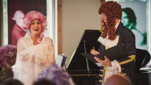 Två personer sjunger opera.
