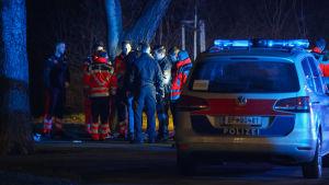 Österrikisk polis vid platsen för en knivhuggning