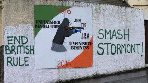 En politisk väggmålning i nordirlänska Derry -  uppmaningar till att gå med i kampen.