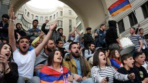 Många unga deltar i demonstrationerna i Armenien.