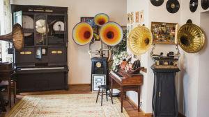 Erillaisia gramofooneja.