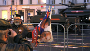 En man poserar på en gata i Moskva där det i förra veckan hölls en repetition inför årets segerdagsparad.