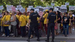 Demonstration i Madrid mot att spädbarn stals under Francotiden.