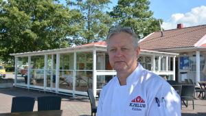 Kjell Gustafsson sitter utanför gästhamnsbyggnaden i Pargas.