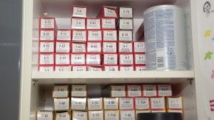 En massa förpackningar i ett skåp som innehåller färger till att färga hår med.