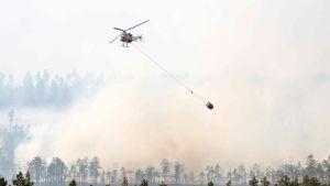 Helikopter som släcker skogsbränder i Sverige.