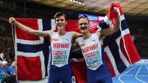 Jakob och Henrik Ingebrigtsen firar EM-medaljer.