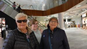 Tre kvinnor står inne i köpcentret Espen i Vasa.