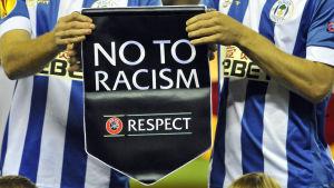 Vimpel med texten säg nej till rasism