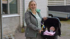 Mamman Lina Manelius med dottern Nea i en bilstol.