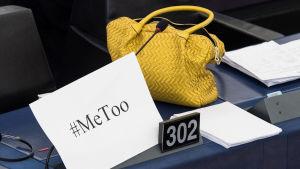 En handväska och ett papper med texten #MeToo i EU-parlamentet i Strasbourg under en debatt om åtgärder mot sexuella trakasserier.