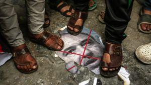 Palestinier trampar på en bild som föreställer Avigdor Lieberman