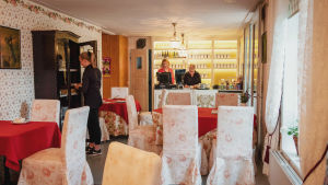 Anna Grotenfelt-Paunonen ja tarjoilijat työskentelevät Wehmaan kartanon teehuoneella.
