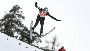 Jarl Magnus Riiber tappar balansen i luften.