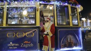 """En spårvagnschaufför utklädd till julgubbe. Bilden är tagen i Zagreb, Kroatien. Eventet """"Advent i Zagreb"""" pågår från 28 november fram till 8 januari. Det bjuds på jultablå, konserter, gastronomiska upplevelser, musik och en isbana."""