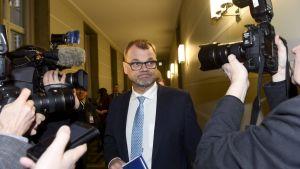 Juha Sipilä omringad av journalister 15.1.2019.