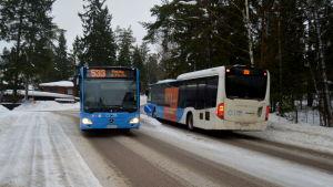Två bussar som kör förbi varandra i Grankulla.