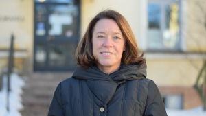 professor Åsa von Schoultz på vintern utanför Statsvetenskapliga fakulteten i Helsingfors.