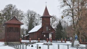 Katolsk kyrka i vinterlandskap i Polen