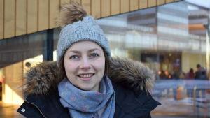 Jennifer Sandström utanför Ode i Helsingfors.