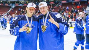 Teemu Engberg och Anton Lundell med sina JVM-guldmedaljer.