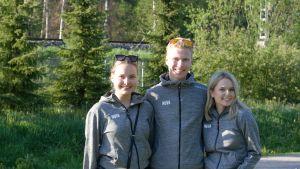 Astrid Holmström, Valter Mårtenson och Lotta Laakio står i solen i Grankulla. De ler och är vända mot kameran