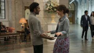 Jack (Himesh Patel) och Ellie (Lily James) träffas i en hotellobby.
