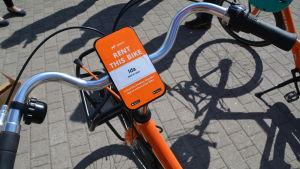 Orange lånecykel med en bricka som visar att den heter Ida.