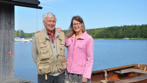 Christer Friis och Irma Puttonen står bredvid varann på en brygga vid Hålaxviken.