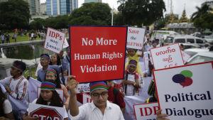 Människor från folkgruppen chin demonstrerade mot våldet den 13 juli i år i Rangoon.
