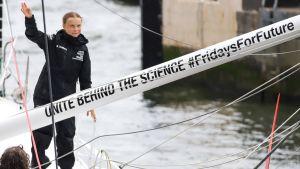 Greta Thunberg på en båt som anländer till New York.