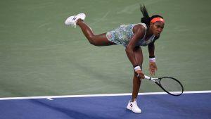 Coco Gauff med ett slag i sin match i den andra omgången i US Open.