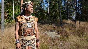 Man i Tsimshianfolkets dräkt.